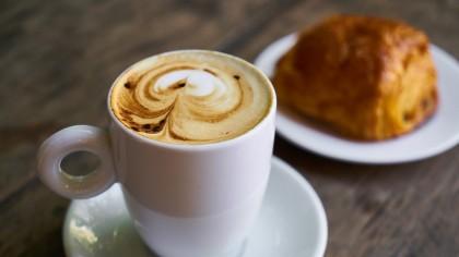 Combinația care te îngrașă! Dacă bei cafea la micul dejun și mănânci acest aliment vei acumula kilograme în plus