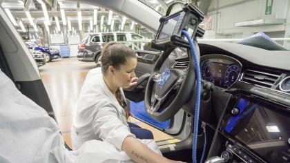A început războiul pentru fabrica Volkswagen: Bulgaria îşi dublează oferta. Ce va face România?