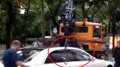 I-a UMILIT pe polițiștii locali. Un Maybach parcat ilegal nu poate fi ridicat de mașina de tractare!