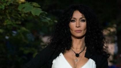 FOTO. Mihaela Rădulescu, fără inhibiţii la 51 de ani! Rochia albă a lăsat la vedere mai mult decât trebuia, atunci când a ridicat-o