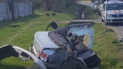 BMW rupt în două după impactul cu un cap de pod. Șoferul nu a suferit leziuni grave - FOTO