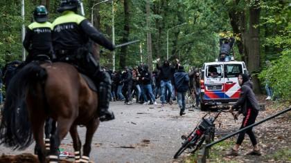 15 ultraşi ai Stelei au făcut dezastru la un meci din Olanda. Cum s-au deghizat ca să scape de poliţie